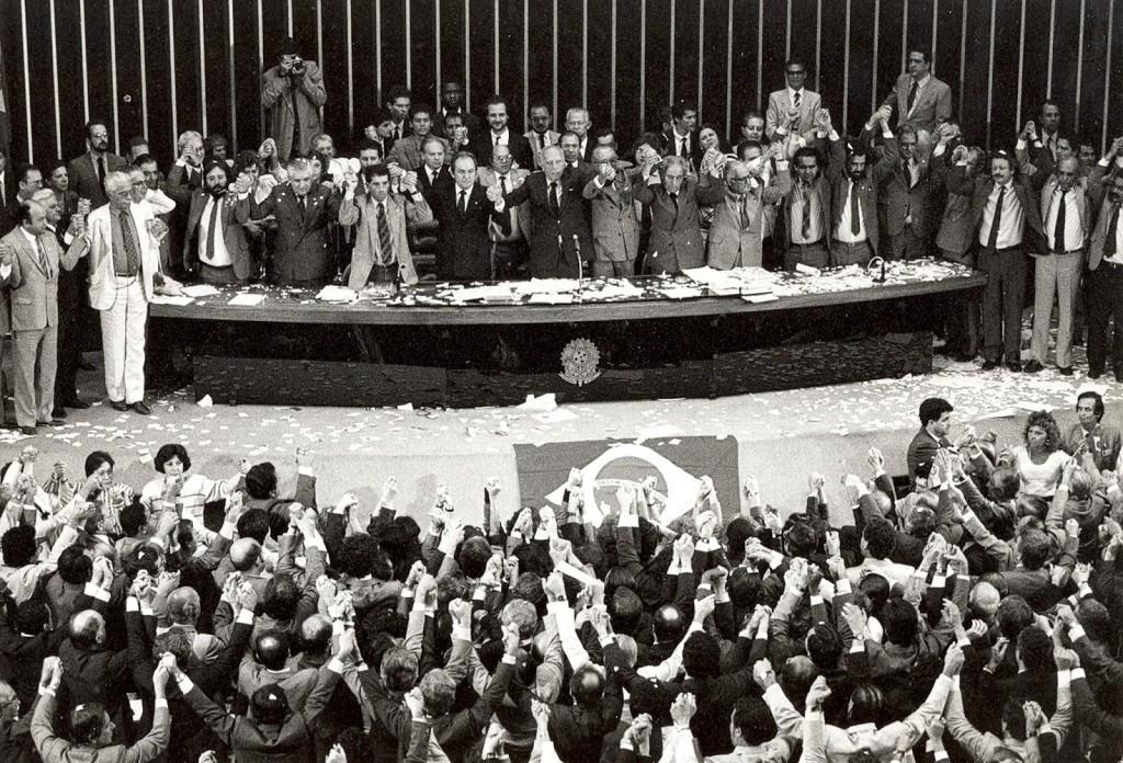 """Brasília - """"Declaro promulgado o documento da liberdade, da democracia e da justiça social do Brasil"""", disse há 25 anos o então presidente da Assembleia Nacional Constituinte, Ulysses Guimarães, ao promulgar a nova Constituição Federal, em vigor até hoje. O Brasil rompia de vez com a Constituição de 1967, elaborada pelo regime militar que governou o país de 1964 até 1985"""